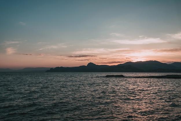 Schöner panoramablick auf die seeküste während des sonnenuntergangs.