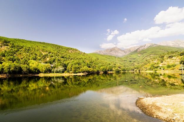 Schöner panoramablick auf einen see, umgeben von grünen bergen