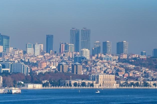 Schöner panoramablick auf istanbul truthahn über bosporus