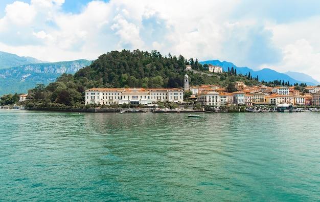 Schöner panoramablick des dorfs von bellagio, comer see, italien