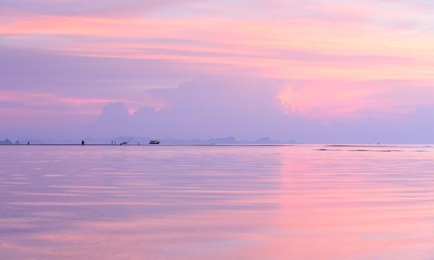 Schöner panoramischer tropischer strandhimmel-sonnenuntergangpastellfarbhintergrund