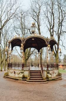 Schöner pavillon auf dem land in frankreich