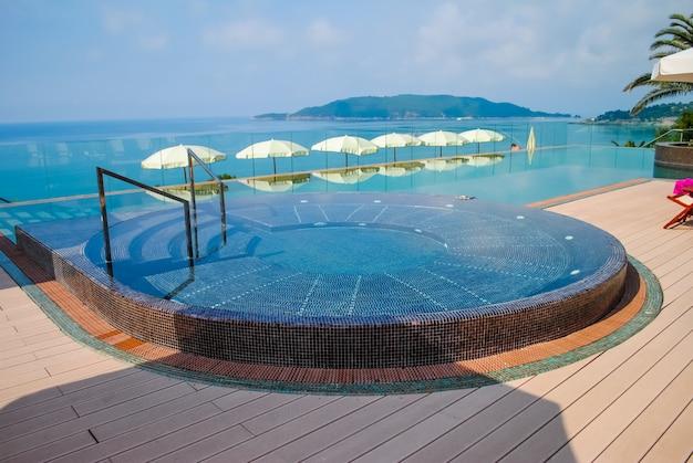 Schöner pool an einem heißen schwülen tag
