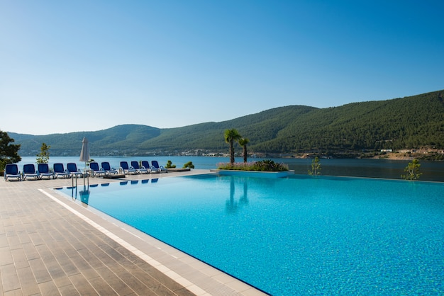 Schöner pool im freien am hellen sommertag