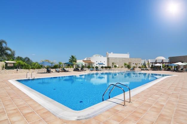 Schöner pool und hotel für einen urlaub mit der familie. portugal algarve. quinta de boa nova.
