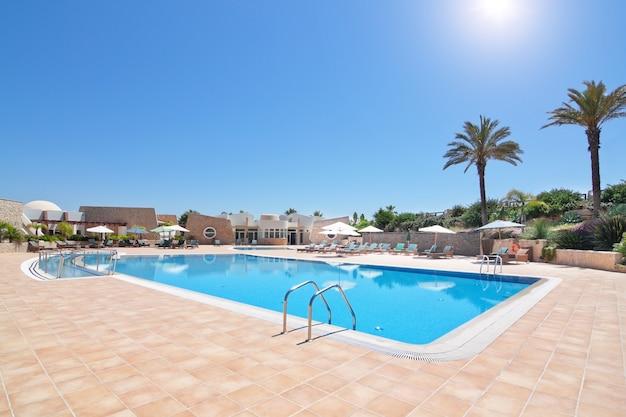 Schöner pool und hotel für einen urlaub. portuga algarve. quinta de boa nova.
