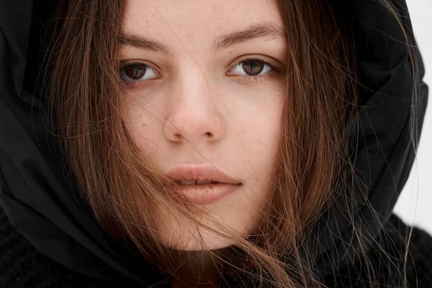 Schöner porträtabschluß des winters der jungen frau im freien oben
