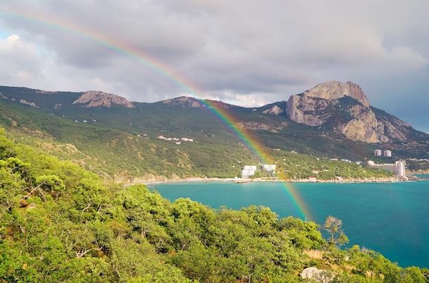 Schöner regenbogen über einer bucht von laspi