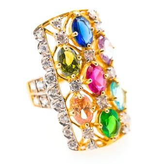 Schöner ring mit edelstein und diamanten