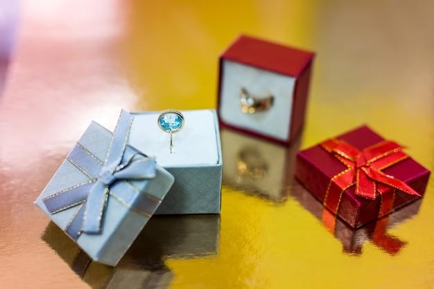 Schöner ring mit topas in geschenkbox nahaufnahme