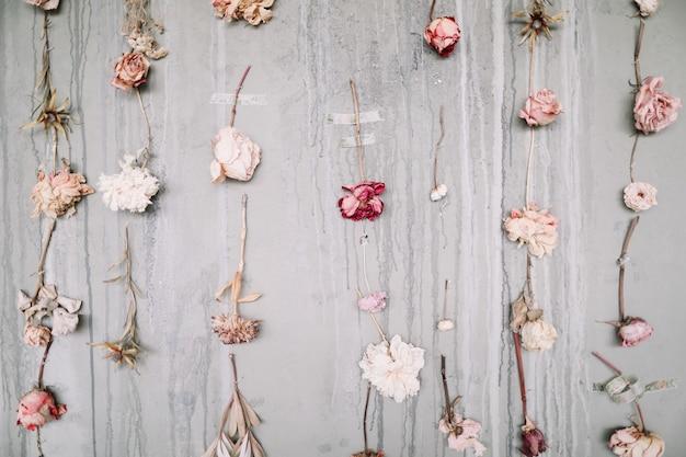 Schöner romantischer hintergrund mit getrockneter rosenblumenblumenzusammensetzung