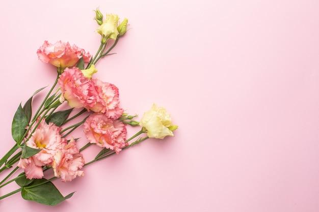 Schöner rosa blumenstrauß auf pastellhintergrund mit copyspace. urlaub und liebe
