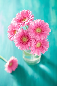 Schöner rosa gerbera-blumenstrauß in der vase