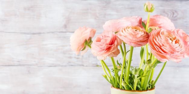 Schöner rosa ranunkelblumenstrauß. frau muttertag hochzeit. eleganter blumenstrauß des feiertags.
