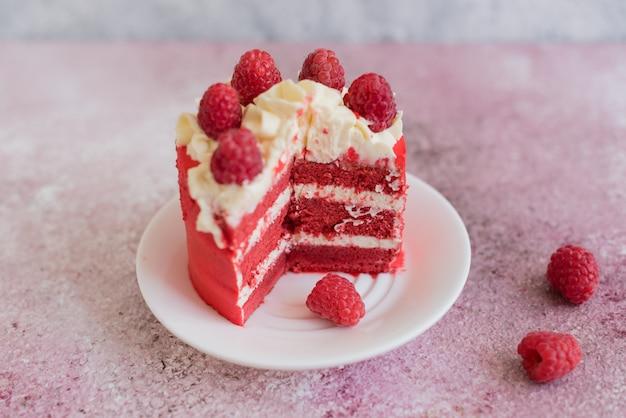 Schöner rosa sahne- und beerenkuchen