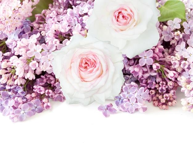 Schöner rosen- und fliederblumenstrauß auf weiß