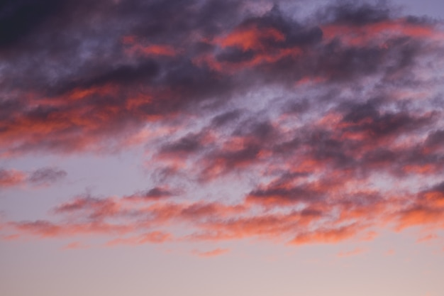 Schöner roter bewölkter himmel bei sonnenuntergang