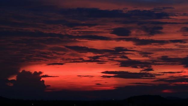 Schöner roter himmel mit schwarzer wolke am abend