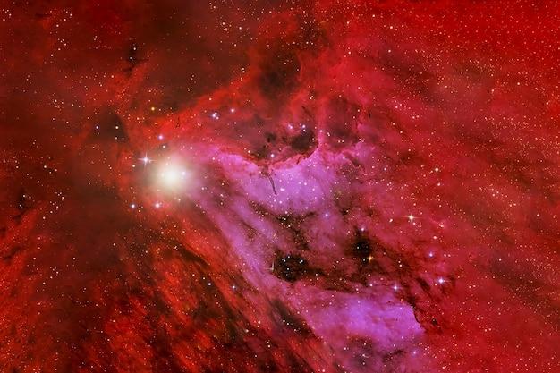 Schöner roter kosmischer nebelfleck im weltraum. elemente dieses bildes wurden von der nasa bereitgestellt. für jeden zweck.