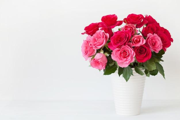Schöner roter rosenblumenstrauß in der vase