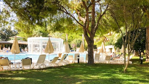 Schöner ruhebereich mit pool und liegestühlen