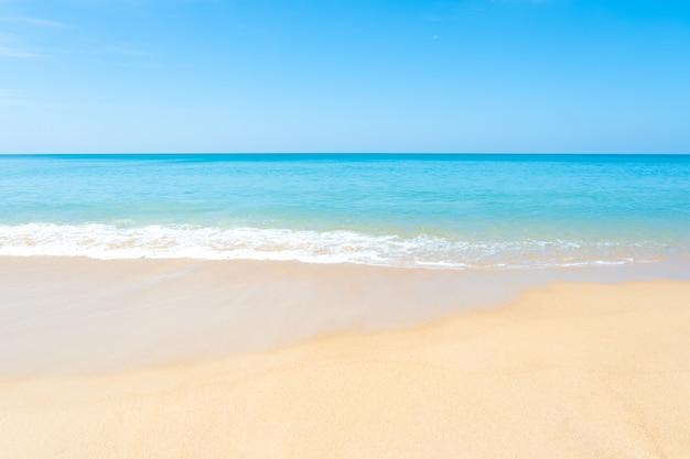 Schöner sandiger strand und tropisches meer mit blauem himmel am sommertag.