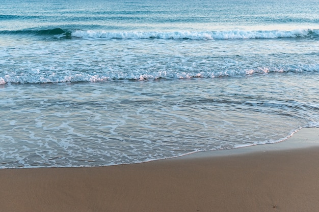 Schöner sandstrand auf meereshintergrund.
