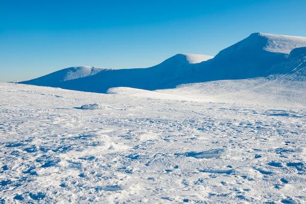 Schöner schnee in den winterbergen. natürliche weihnachtslandschaft