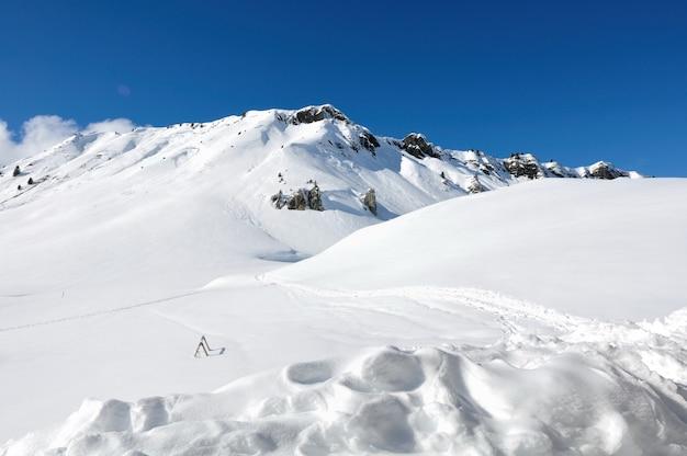 Schöner schneebedeckter berg