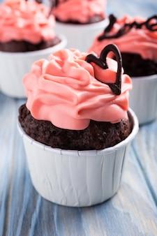 Schöner schokoladen cupecake mit herz