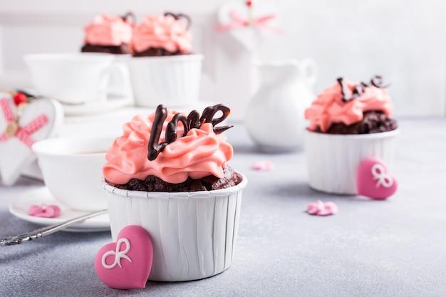 Schöner schokoladencupcake mit herzen
