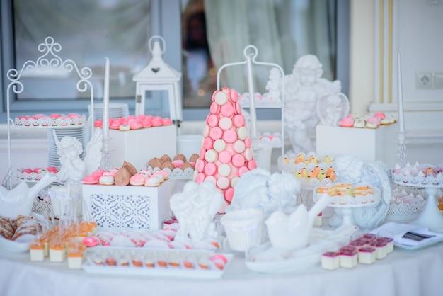 Schöner schokoriegel von rosa und weißen bonbons verziert