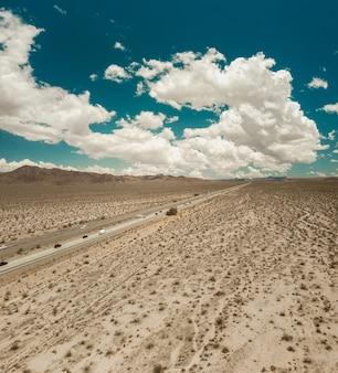 Schöner schuss der autobahn in richtung las vegas in der mojave-wüste