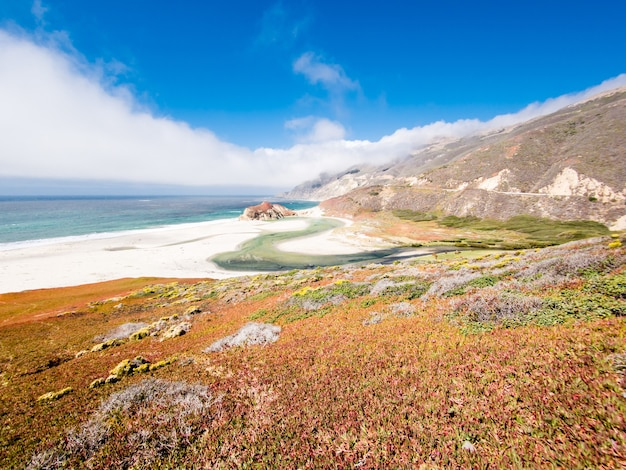 Schöner schuss der küstenlinie von big sur in kalifornien, usa auf einem klaren blauen himmelhintergrund