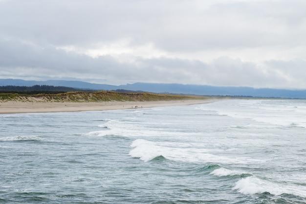 Schöner schuss der ozeanwellen an einem düsteren bewölkten tag