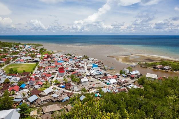 Schöner schuss der stadt nahe dem ufer eines ruhigen meeres in mentawai-inseln, indonesien