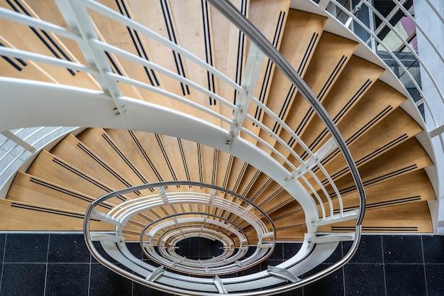 Schöner schuss der treppe mit einer wendeltreppe