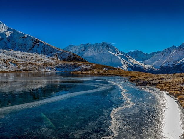Schöner schuss des gefrorenen sees in den bergen