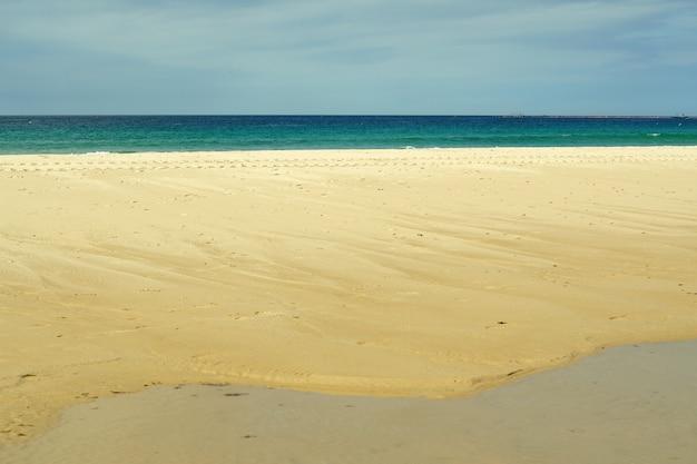 Schöner schuss des sandigen ufers des strandes playa chica in tarifa, spanien