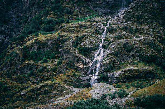 Schöner schuss des wassers, das durch die felsigen berge in norwegen fließt