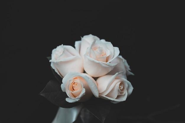 Schöner schuss des weißen rosenblumenstraußes