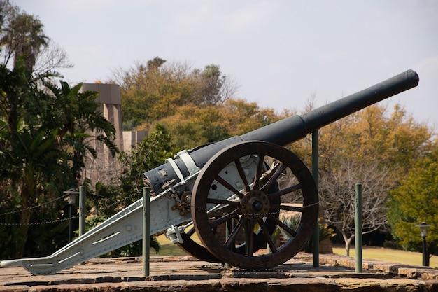 Schöner schuss einer alten kanone in einem park, der an einem sonnigen tag angezeigt wird