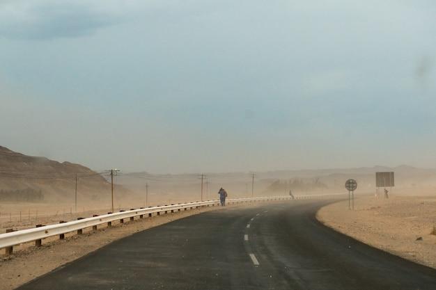 Schöner schuss einer autobahn während eines staubsturms in namibia