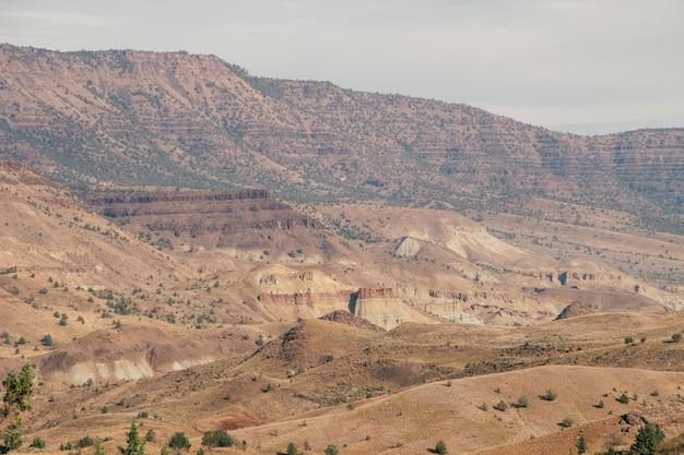 Schöner schuss einer großen strukturierten wüste mit sandhaufen