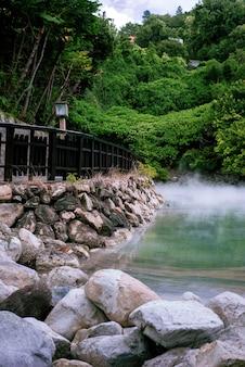 Schöner schuss einer heißen quelle in beitou thermal valley, taipeh, taiwan