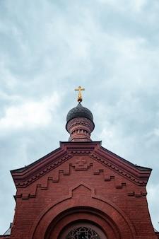 Schöner schuss einer kirche in der ukraine mit dem blauen himmel