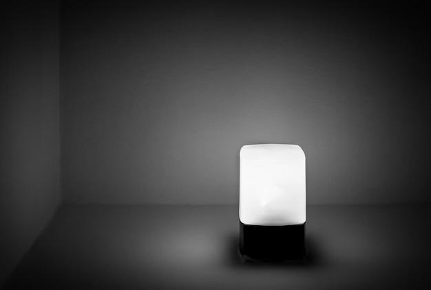 Schöner schuss einer modernen leuchtenden lampe