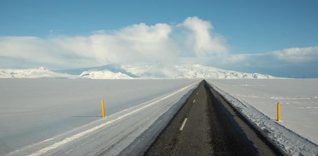 Schöner schuss einer schmalen betonstraße, die zu einem gletscher führt