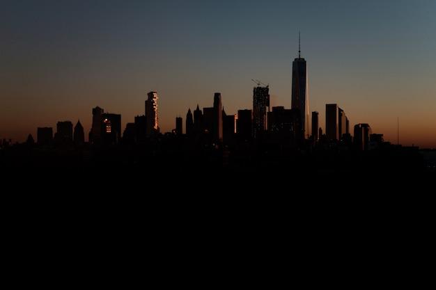Schöner schuss einer stadtstadt bei sonnenuntergang