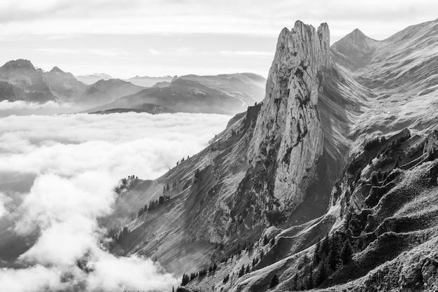 Schöner schuss eines berges über den wolken in schwarzweiss